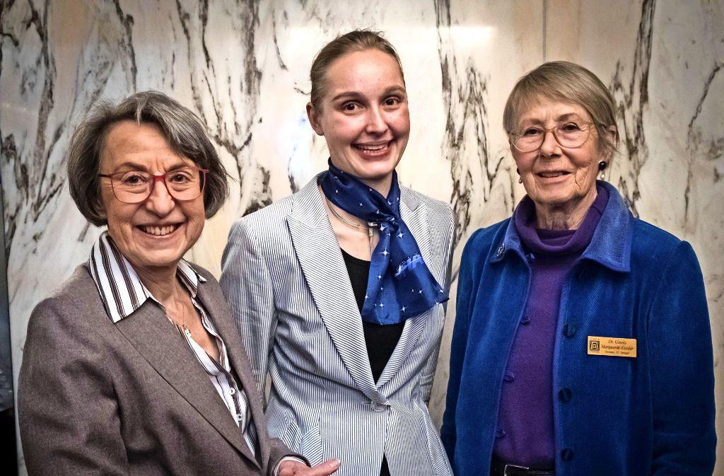 Die Zonta-Präsidentin Edda Keszler, die Preisträgerin Friederike Graf und Gisela Marquardt-Eißler (v.l.), die den Amelia Earhart-Preis  seit vielen Jahren ausrichtet. Foto: Lichtgut/Achim Zweygarth