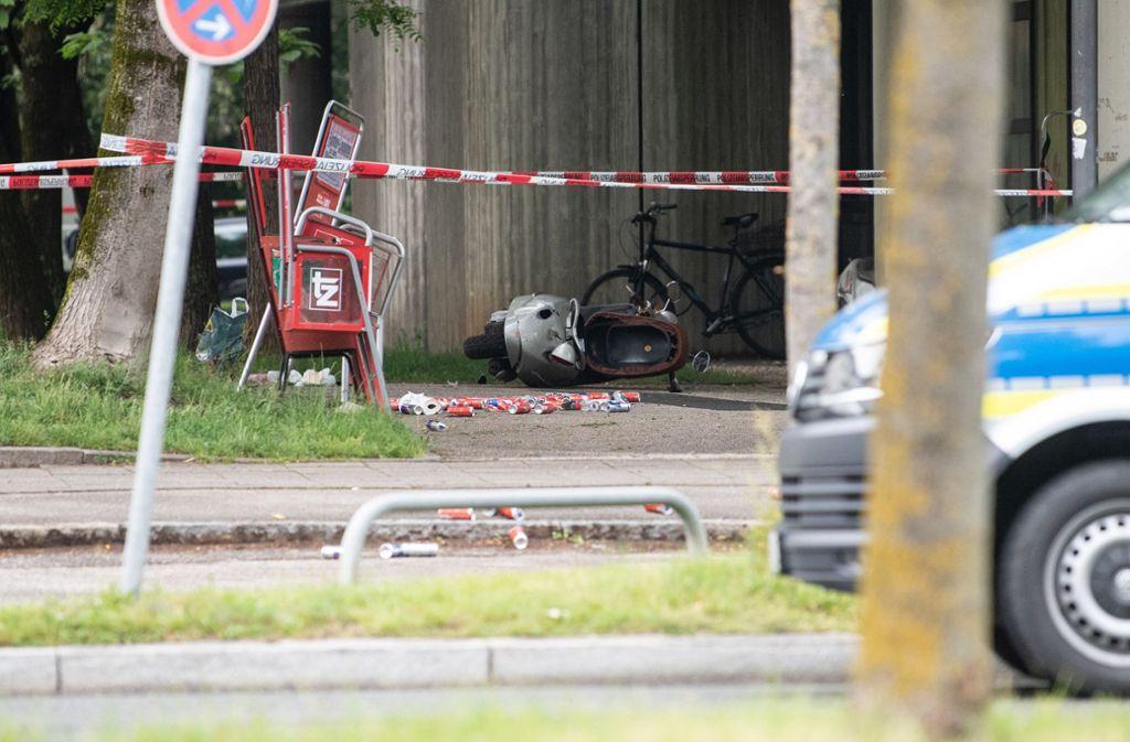 Etliche Dosen und ein umgekippter Roller liegen an der Stelle, an der am Nachmittag ein Fahrzeug in eine Gruppe von Menschen gefahren ist. Foto: dpa/Matthias Balk