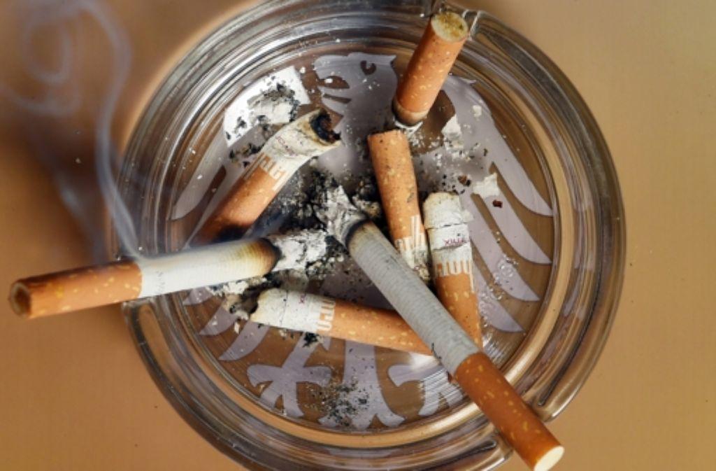 Vorerst muss Raucher Friedhelm Adolfs die Aschenbecher in seiner Wohnung in Düsseldorf nicht in einen Umzugskarton packen. Foto: dpa