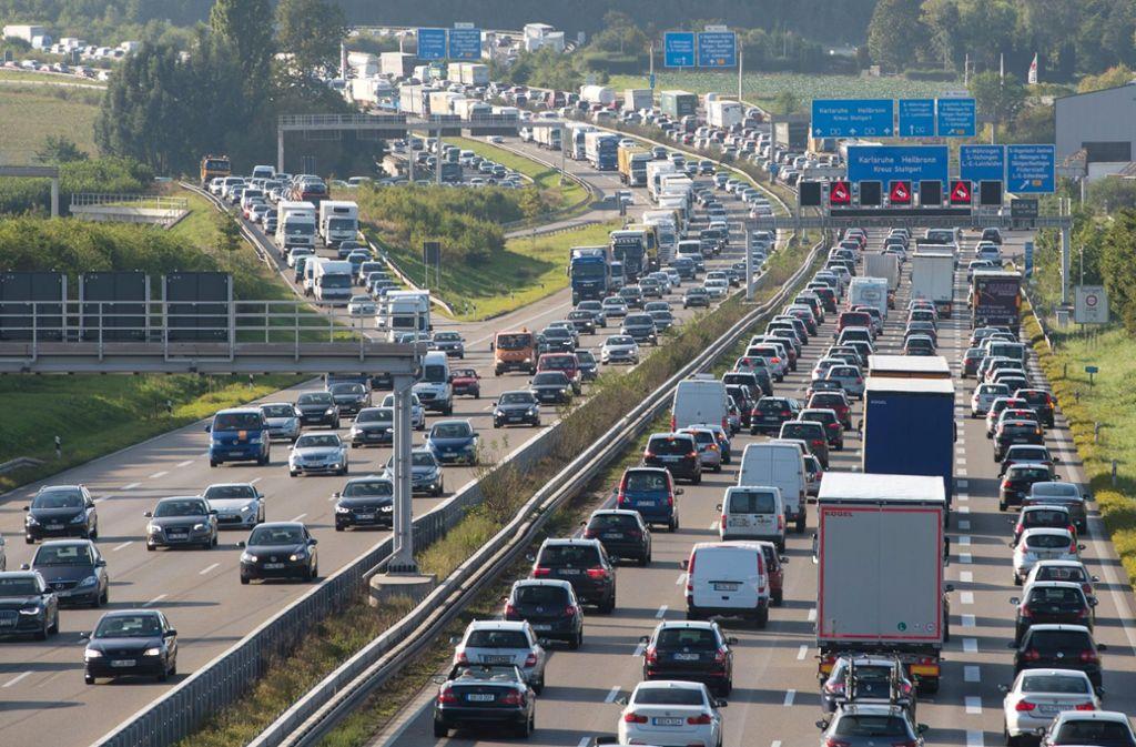 Die Autobahn 8 gehört zu den staugefährdeten Strecken am kommenden Wochenende. Foto: dpa