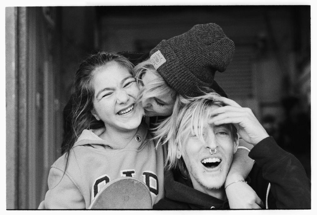 Nächstenliebe at its best: Valeria aus Bosnien, Sina Droll und Sven Gräschke haben Spaß zusammen (von links). Foto: Philipp Köhler Photography