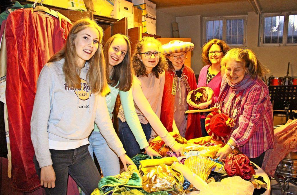 Jana, Chiara, Leoni, Franzsika, Claudia Farrell und Susanne Nöt bei der Anprobe (v.l.) Foto: Caroline Holowiecki