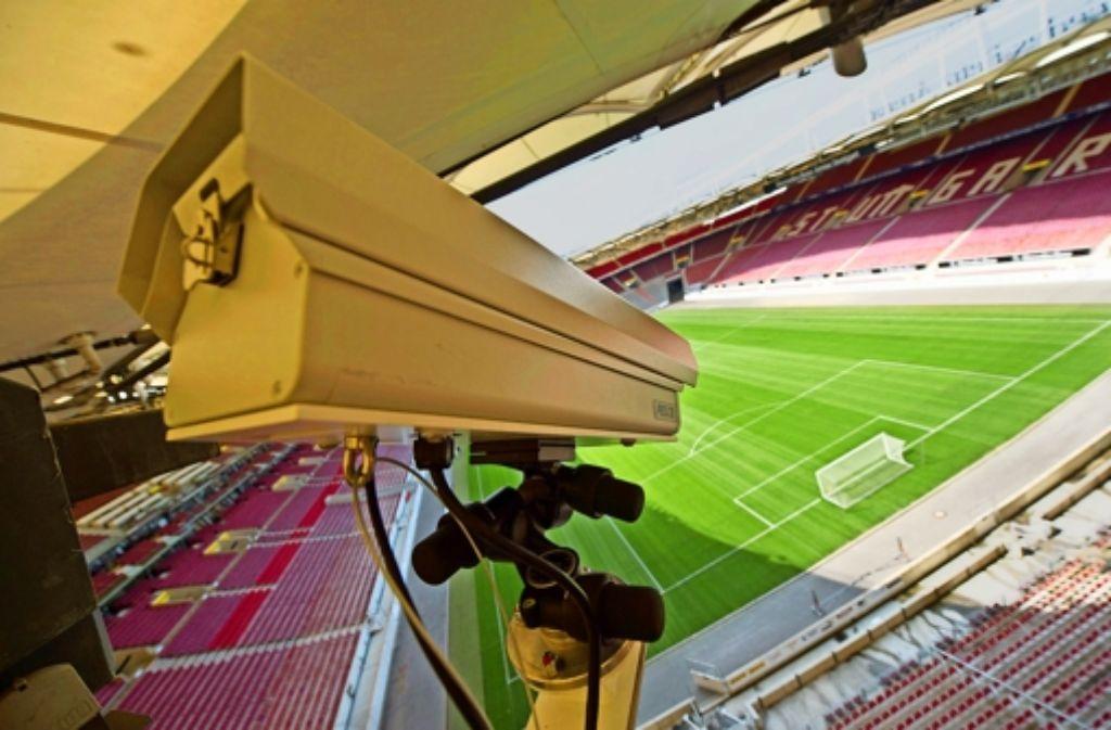 Eine von 14 Kameras: die Mercedes-Benz-Arena wird präpariert. Foto: dpa