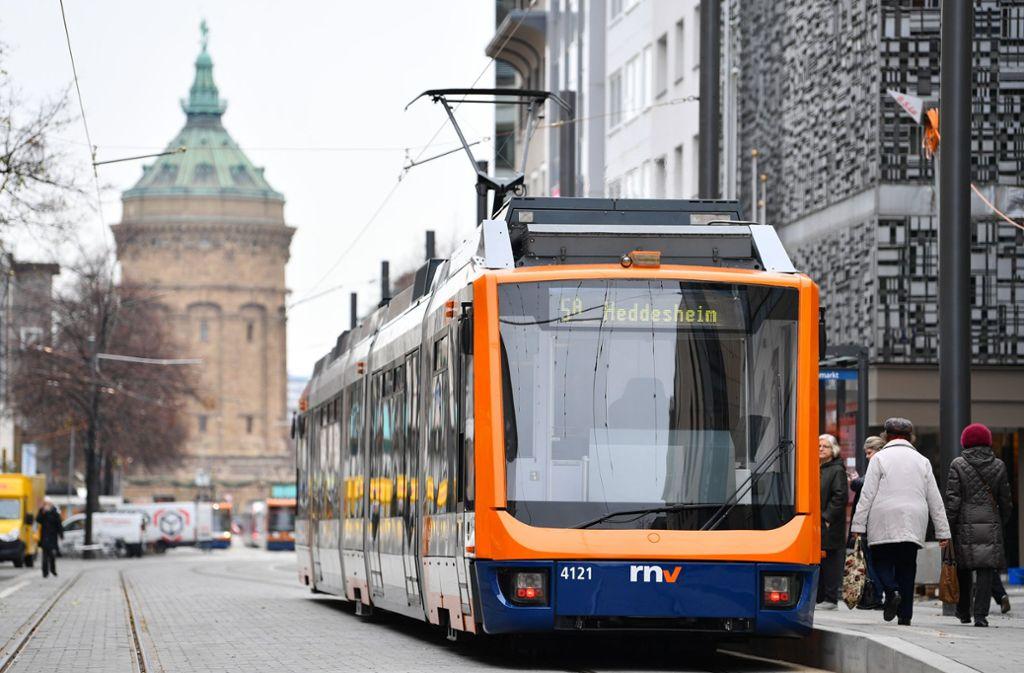 Eine Straßenbahn hält auf der  Einkaufsmeile Planken unweit des   Wasserturms: Die Mannheimer könnten bald gratis mit Bus und Bahn fahren. Foto: dpa