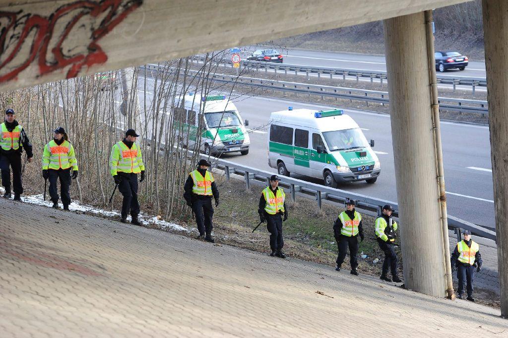 Bereits am Mittwoch hat die Polizei mit mehreren Einsatzkräften an der Autobahn 831 nach dem Handy des toten Lebensgefährten der Vermissten gesucht. Die Suche blieb erfolglos. Am Donnerstag und Freitag  hat sich die Polizei die gleiche Strecke mit Leichensuchhunden noch einmal vorgenommen - und nichts gefunden. Foto: www.7aktuell.de | Oskar Eyb