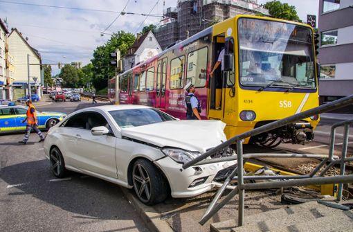 Mercedes fährt in Stadtbahnhaltestelle
