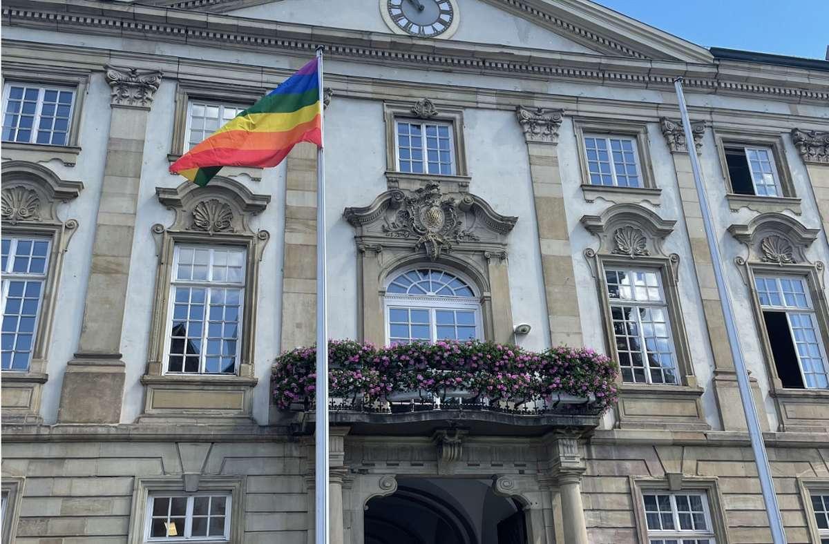 In Esslingen wurden am Alten Rathaus und am Neuen Rathaus Regenbogenflaggen aufgehängt. Foto: Stadt Esslingen, OB-Büro