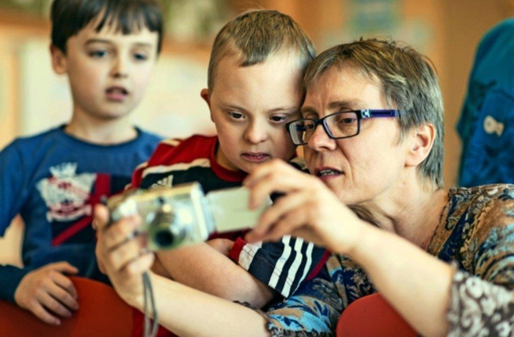 Henri (Mitte mit seiner Mutter) möchte aufs Gymnasium gehen. Foto: dpa