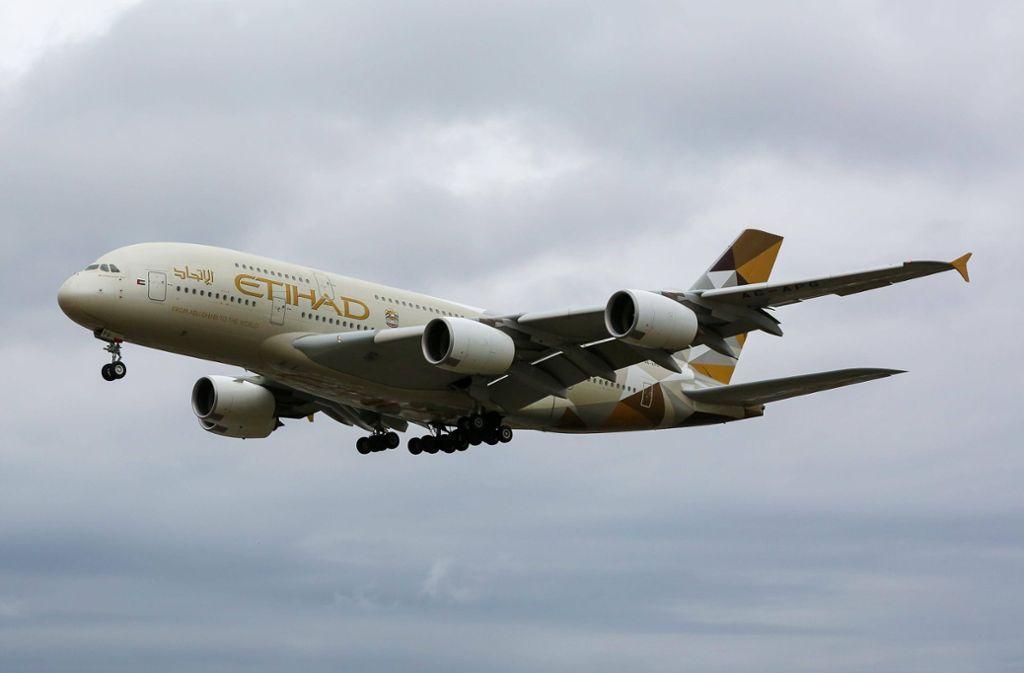 """Ein Airbus A380 von """"Etihad"""" legte in London eine spektakuläre Landung hin. Foto: imago images / ZUMA Press/Dinendra Haria"""