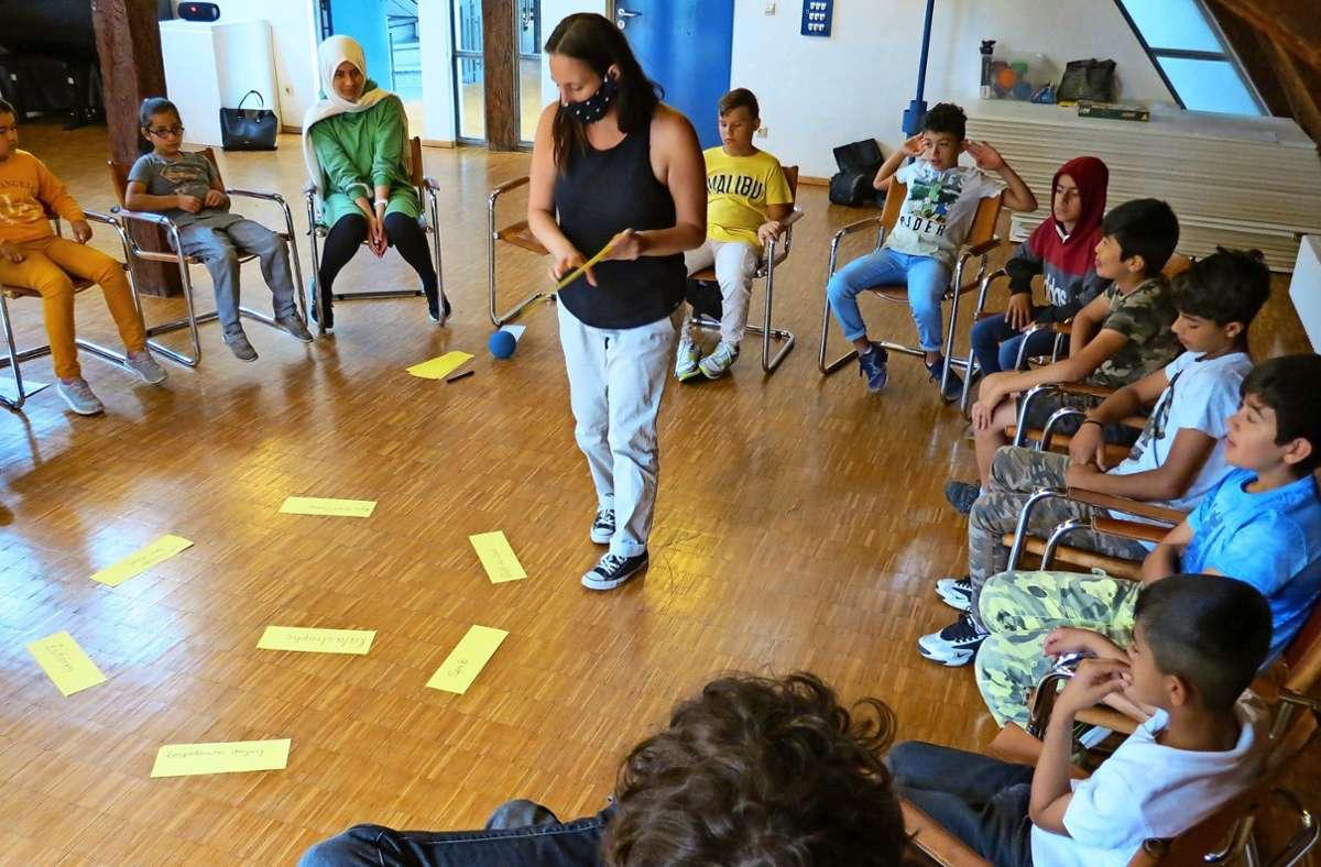Natascha Machanek erklärt den Kindern  verschiedene Begriffe. Foto: Bernd Zeyer