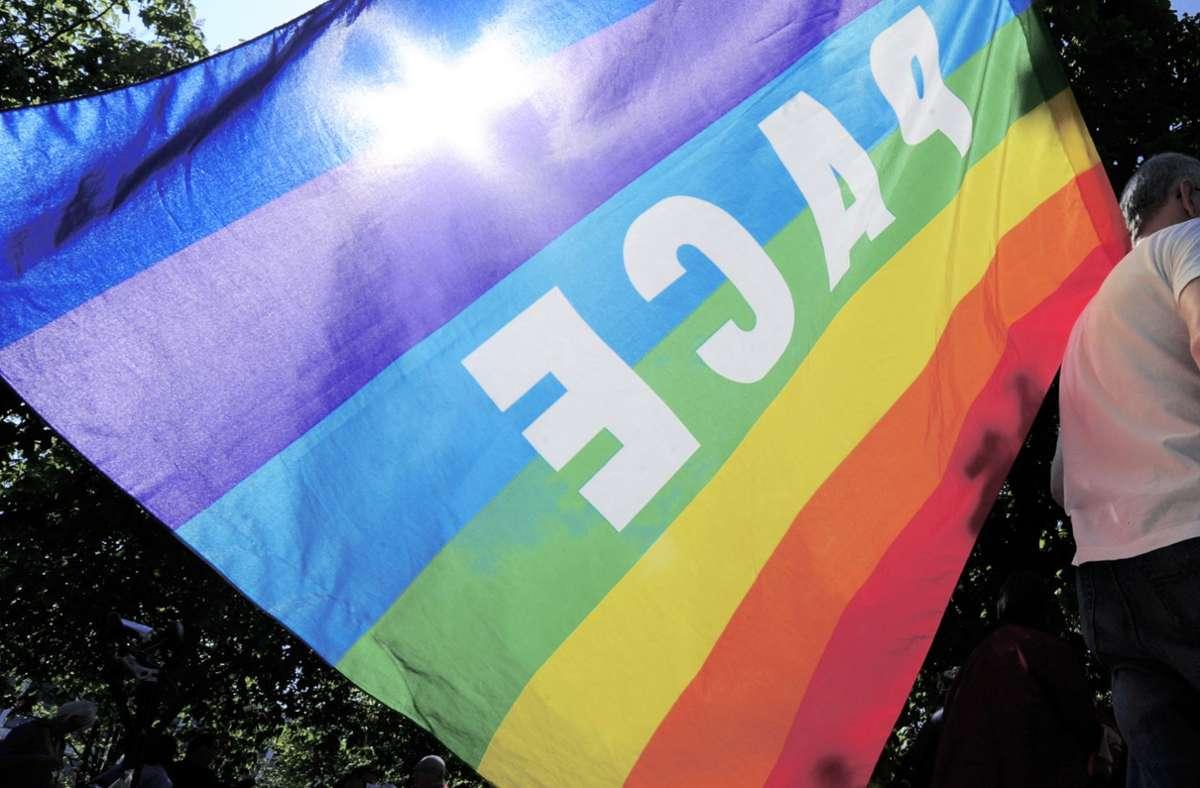 """Bei der Demo wurden auch  """"Pace""""-Fahnen geschwenkt. Foto: dpa/Tobias Hase"""