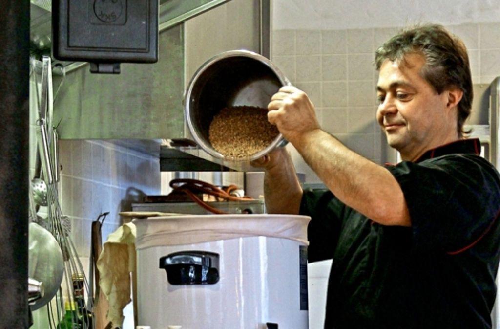 Ein Kochtopf reicht: Edwin Strasser bei seiner Lieblingsbeschäftigung. Foto: factum/Granville