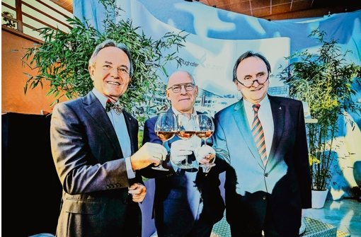 Sie stoßen auf ein erfolgreiches Jahr 2015 an: Georg Fundel, Minister Winfried Hermann und Walter Schoefer (von links) Foto: Lichtgut/Leif Piechowski