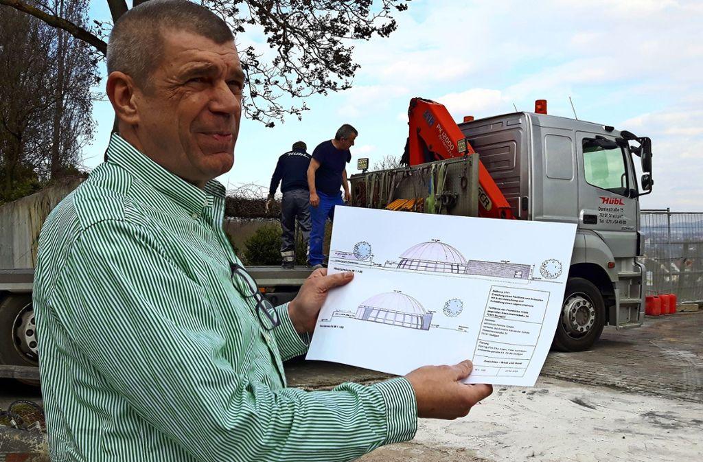 Michael Presinger zeigt auf der Baustelle die Pläne fürs neue Bellevue Foto: Eva Funke