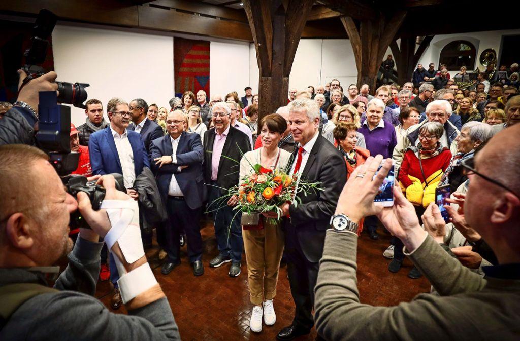 Am Ende eines spannenden Wahlabends ging der Blumenstrauß an den amtierenden Oberbürgermeister Jürgen Kessing und dessen Ehefrau Janet. Foto: factum/Simon Granville