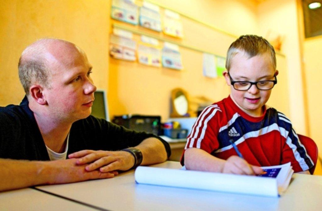 Henri – hier mit seinem Lehrer – möchte mit seinen Freunden aus der Grundschule aufs Gymnasium wechseln. Foto: dpa