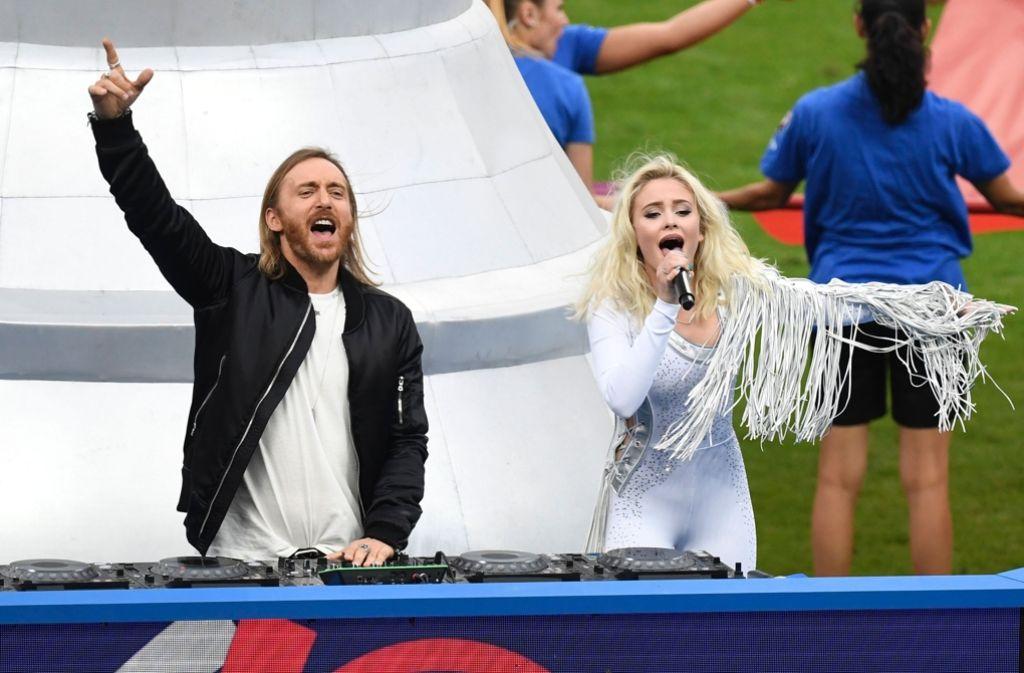 Aufdringlich und prollig: der Ganzkörper-Anzug der Sängerin Zara Larsson (rechts neben DJ David Guetta) war nicht das passende Outfit für einen Auftritt vor Millionenpublikum im Stade de France. Foto: AFP