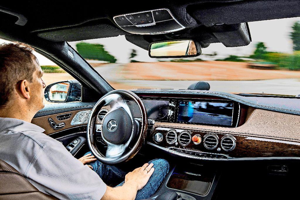 Die rechtlichen Hürden sind hoch, auch bei  autonom fahrenden Autos im Probebetrieb muss der Fahrer stets in der Lage sein, das Fahrzeug zu kontrollieren.  Foto: Daimler