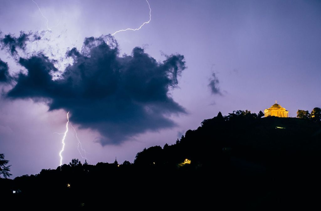 Ein Blitz schlägt in der Nähe der Grabkapelle in ein. Foto: dpa