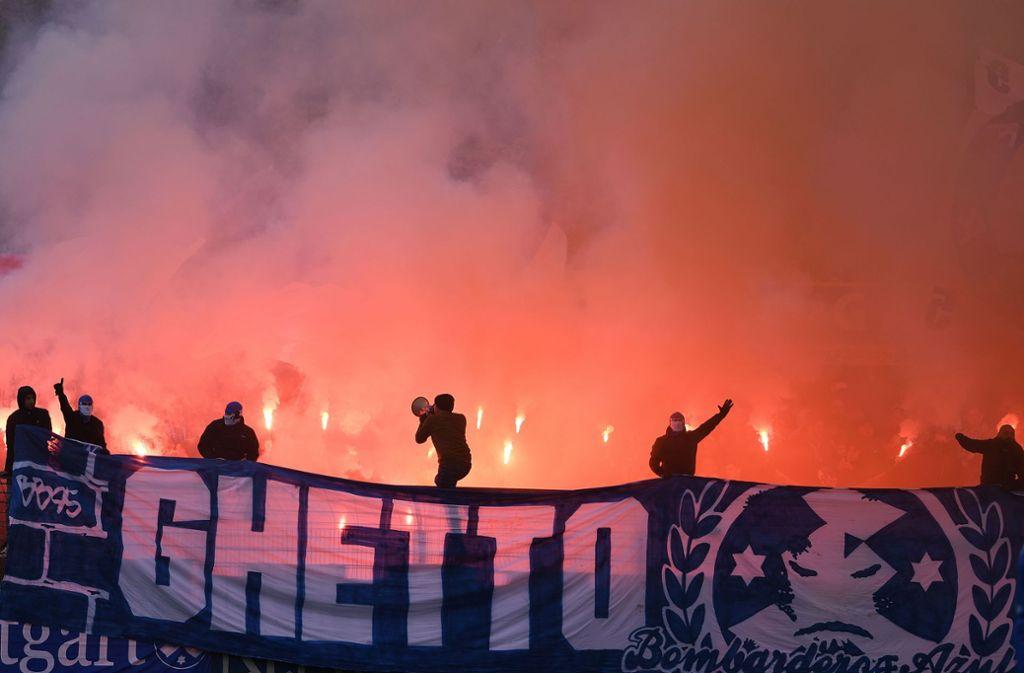 Im Reutlinger Stadion an der Kreuzeiche schlugen zahlreiche Fans der Stuttgarter Kickers ziemlich über die Stränge, was den Verein ein paar tausend Euro kostet. Foto: Baumann