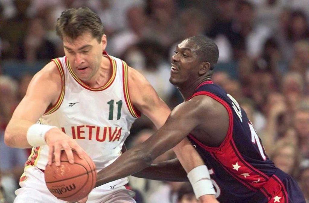 Der ehemalige NBA-Spieler Arvydas Sabonis (links) leitet inzwischen eine der rund 60 Basketballschulen in Litauen. Foto: AFP