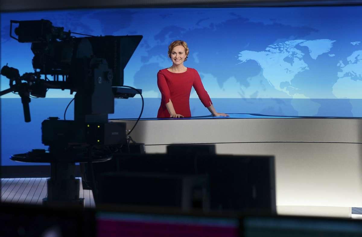 Caren Miosga moderiert die Tagesthemen. Foto: NDR/Thorsten Jander/Daniel Bockwoldt
