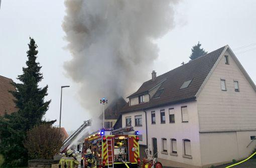 Feuerwehr kämpft mit Flammen – Bewohner retten sich