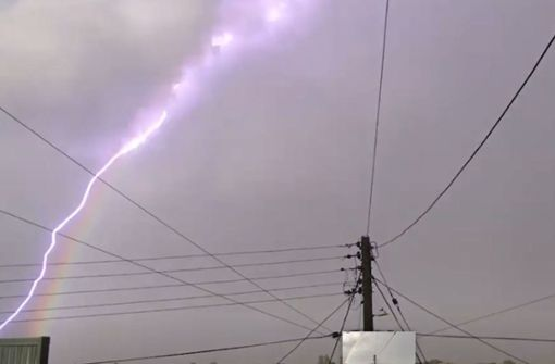 Blitz lässt Regenbogen aufleuchten