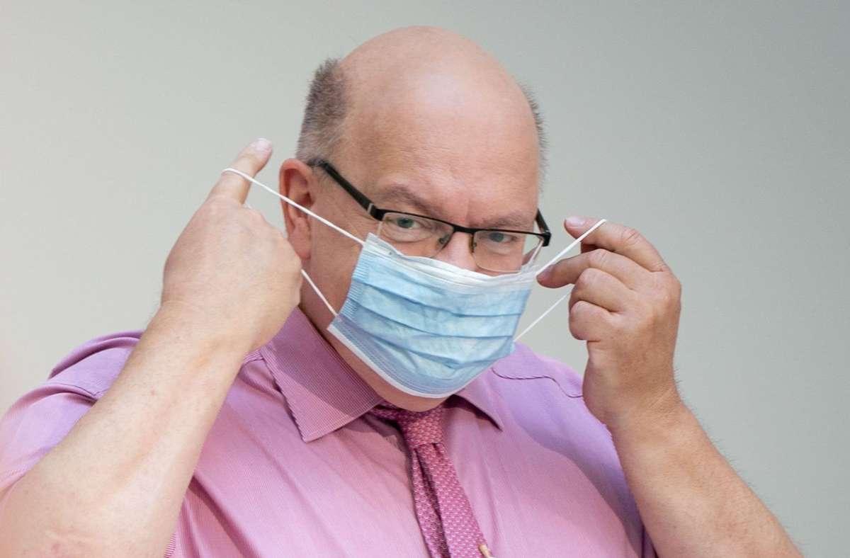 Bundeswirtschaftsminister Peter Altmaier plädiert für eine Beibehaltung der Maskenpflicht. Foto: dpa/Kay Nietfeld