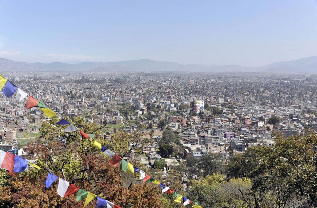Selbst an klaren Tagen ist die Sicht im Kathmandu-Tal normalerweise zu schlecht, um das Himalaja-Gebirge in der Ferne zu erspähen. Foto: imago images / imagebroker