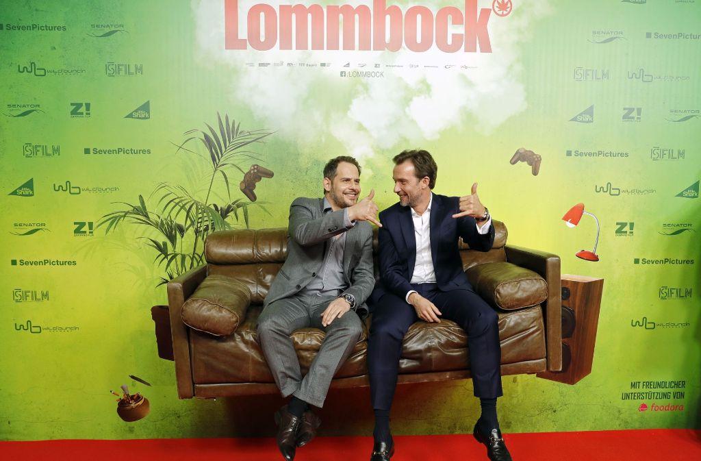 """Moritz Bleibtreu (links) und Lucas Gregorowicz sitzen bei der Premiere ihres Films """"Lommbock"""" auf einem schwebenden Sofa. Foto: Getty Images"""