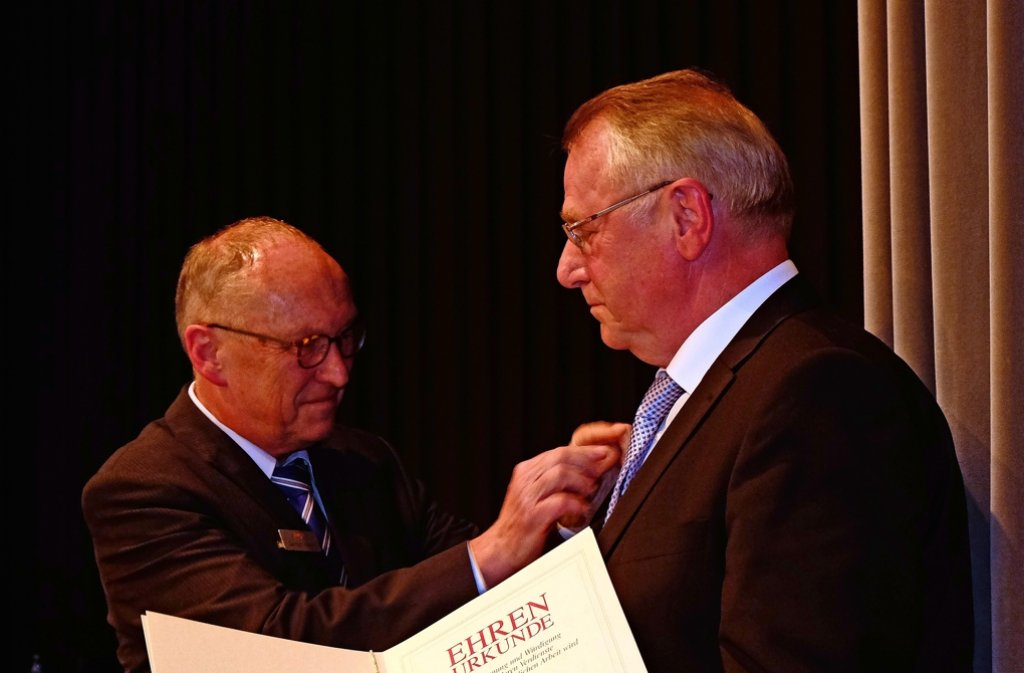 Der BWGV-Direktor Gerhard Schorr (li.) überreicht Werner Luz die Ehrennadel in Gold des Bundesverbandes. Foto: privat