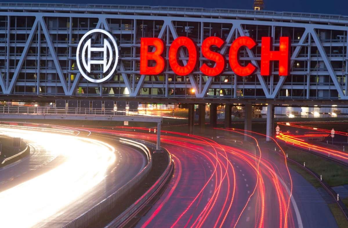 Auch wirtschaftsstarke Metropolregionen mit Weltfirmen (hier die Bosch-Werbung am Messe-Parkhaus über der A8) sollen weiter von der EU gefördert werden, fordert der Stuttgarter Regionalpräsident Thomas Bopp. Foto: dpa/Sebastian Kahnert