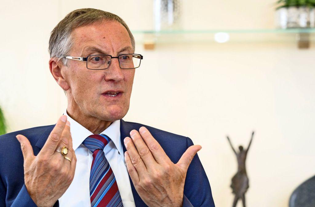 Roland Bernhard rechnet vor, dass im aktuellen Kreisetat sieben Millionen Euro fehlen. Foto: factum//Andreas Weise