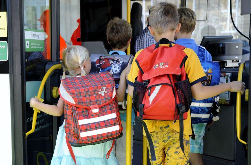 Ein Sechsjähriger blieb über Stunden in einem Schulbus sitzen (Symbolbild). Foto: dpa