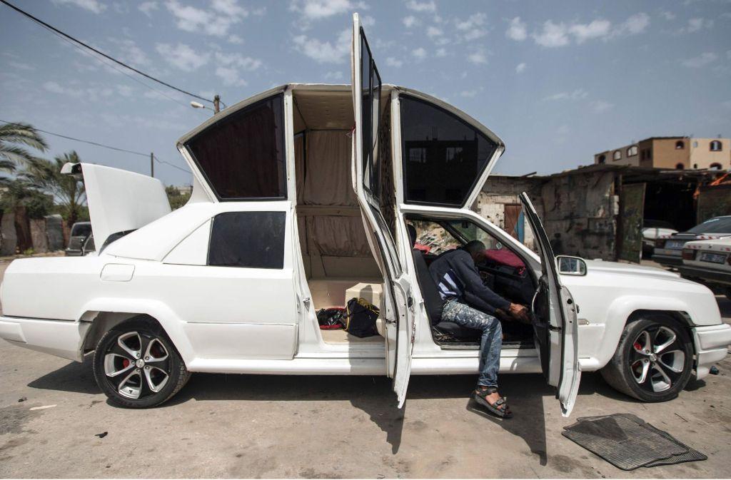 Im Gazastreifen herrscht eine große Nachfrage nach Limousinen für Brautpaare. Da Importe aber strikt kontrolliert werden, ließ sich ein palästinensischer Hochzeitsplaner etwas einfallen. Foto: AFP