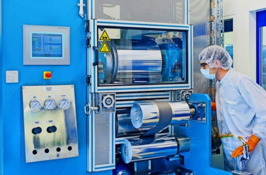 In einer Kalander genannten Maschine werden Folien, aus denen Akkuzellen bestehen, glatt gepresst. Foto: Andreas Heddergott/TUM