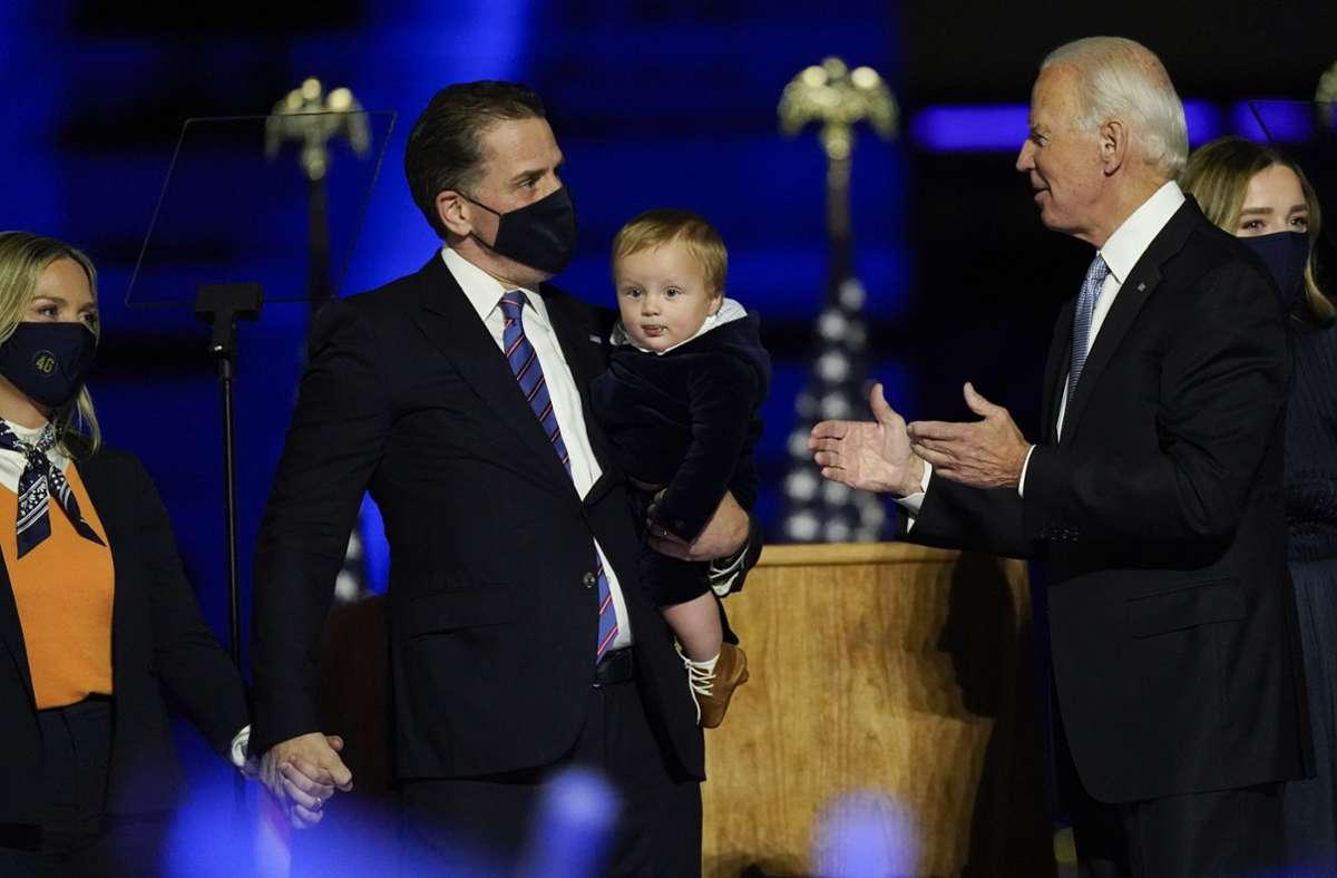"""Im November stand Hunter Biden zusammen mit seiner Frau Melissa und seinem jüngsten Sohn Beau auf der Bühne, als sein Vater Joe Biden seine erste Rede als """"President-elect"""" hielt. Foto: AP/Andrew Harnik"""