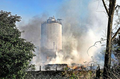 Tank explodiert: 50 Meter hoher Feuerpilz