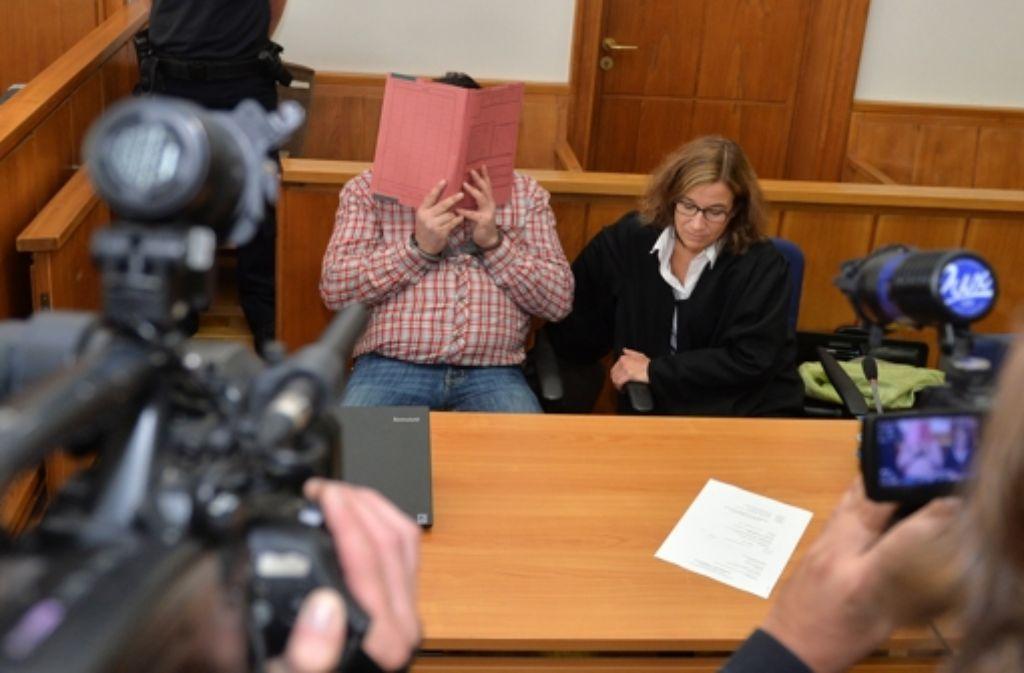 Der wegen mehrfachen Mordes und Mordversuchs an Patienten angeklagte, ehemalige Krankenpfleger im Landgericht Oldenburg. Foto: dpa