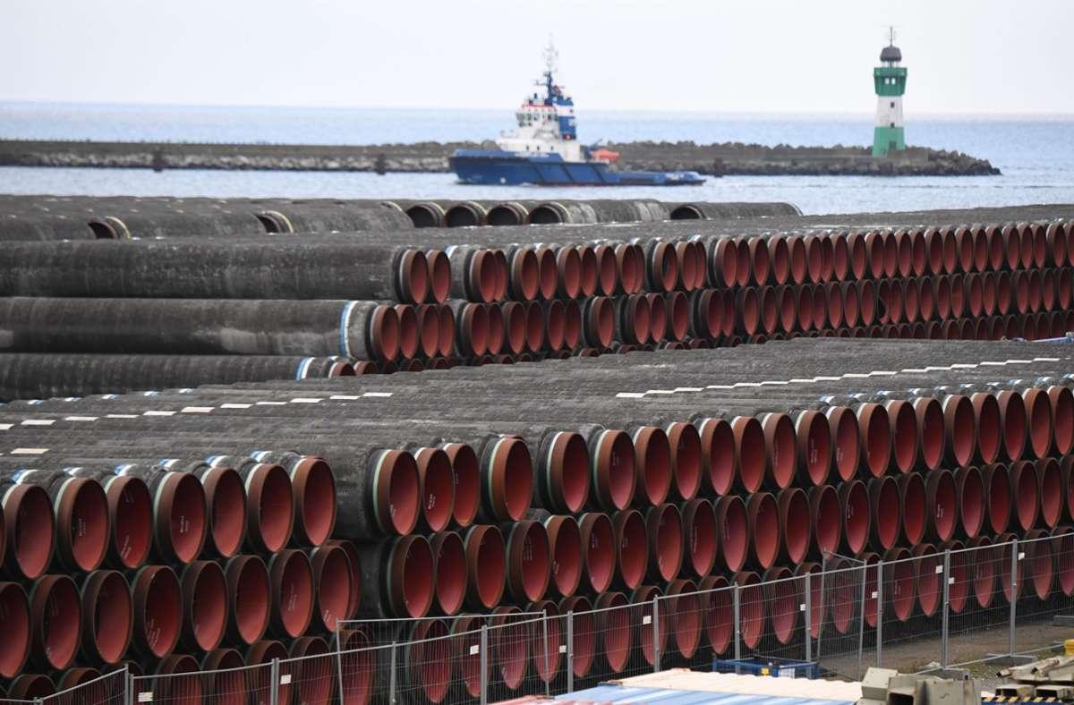 Rohre für den Bau der Erdgaspipeline Nord Stream 2 von Russland nach Deutschland werden im Hafen Mukran auf der Insel Rügen gelagert. Foto: dpa/Stefan Sauer