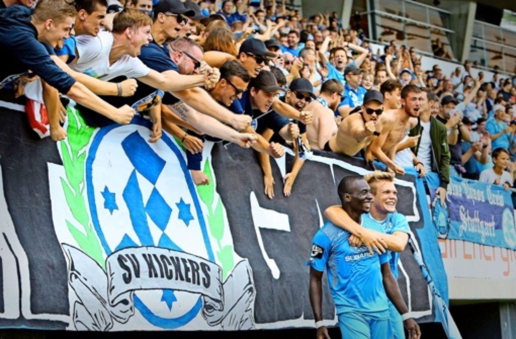 Den Fans der Stuttgarter Kickers gefällt, was sie sehen. Foto: Baumann