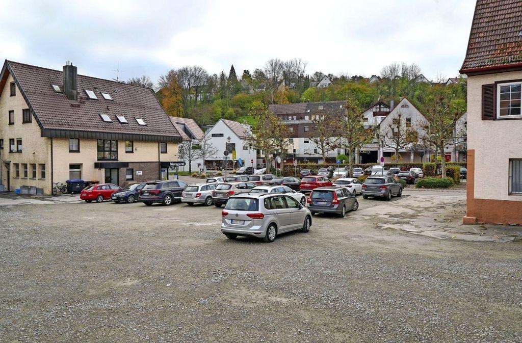 Die Brachfläche zwischen der Metzgerei Böhmler und dem Alten Rathaus soll bebaut werden. Aber wie? Foto: factum/Jürgen Bach