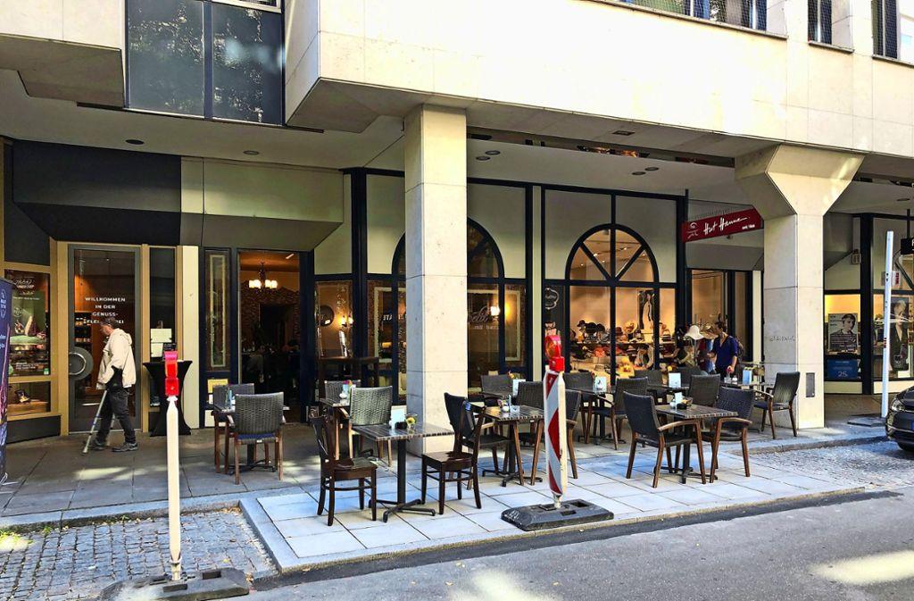 Café-Betreiber muss seine Tische und Stühle wieder abbauen. Foto: Röber