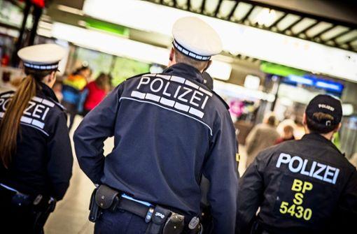Jugendlicher geht auf 21-Jährige los und bespuckt die Polizei