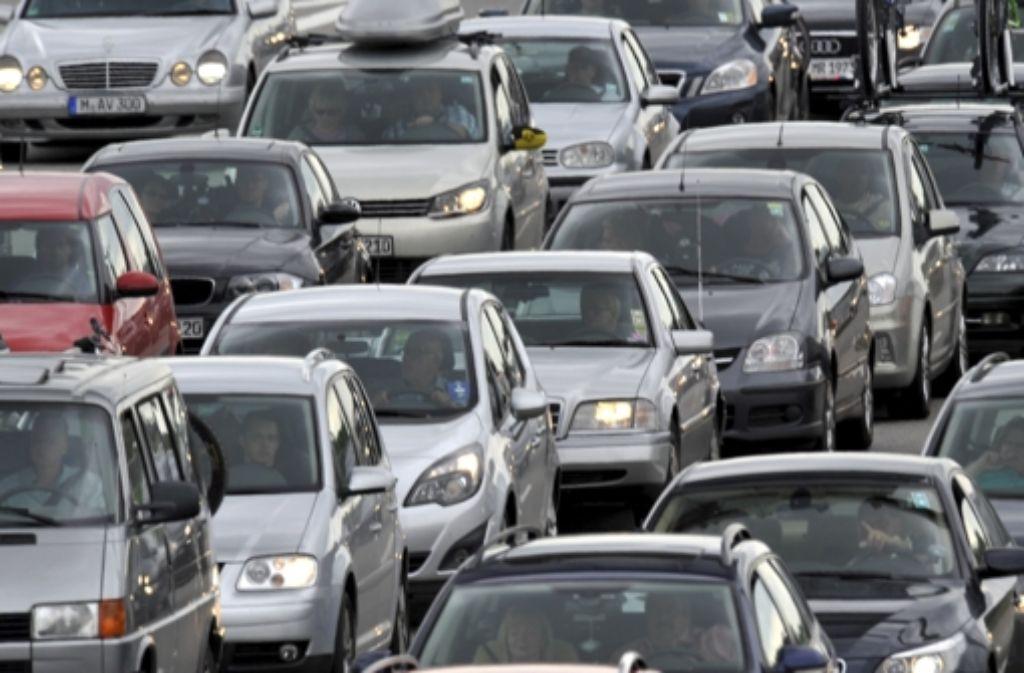 Während des morgendlichen Berufsverkehrs ist am Mittwochmorgen auf der A8 in der Nähe des Flughafens Stuttgart ein Sattelzug in ein Auto gekracht und hat es vor sich her geschoben. Durch den Unfall staute sich der Verkehr auf rund acht Kilometern. Foto: dpa / Symbolbild