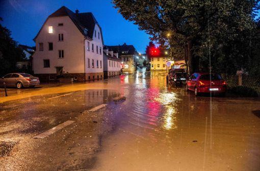 Straßen und Tiefgaragen überflutet