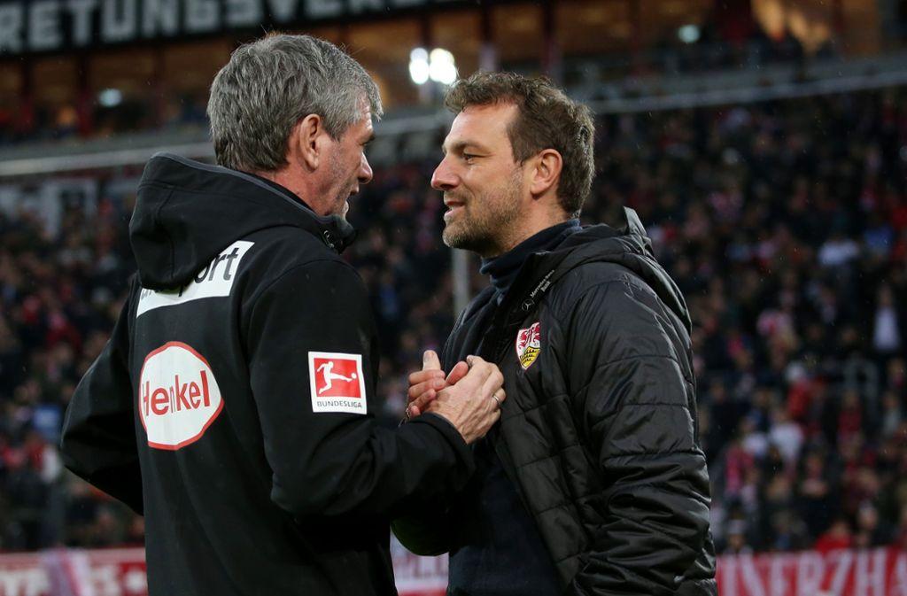 Fortuna-Coach Friedhelm Funkel und VfB-Trainer Markus Weinzierl beim Handshake vor dem Spiel. Foto: Pressefoto Baumann