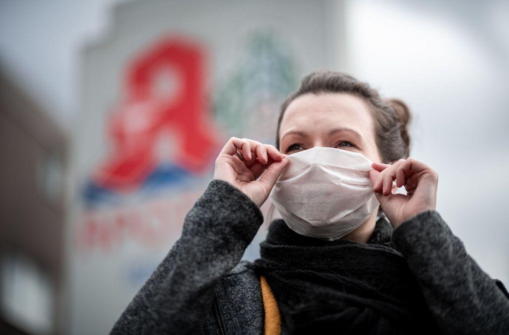 Das Coronavirus breitet sich immer weiter aus. Mit einem Mundschutz wollen sich viele Menschen dagegen schützen. (Symbolbild) Foto: dpa/Fabian Strauch