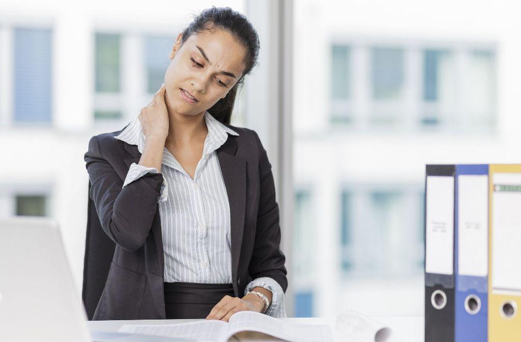 90 Prozent aller Rückenbeschwerden   durch Fehlfunktionen der Muskulatur ausgelöst, etwa aufgrund einer    verspannten Nackenmuskulatur beim Arbeiten am  PC Foto: dpa-tmn